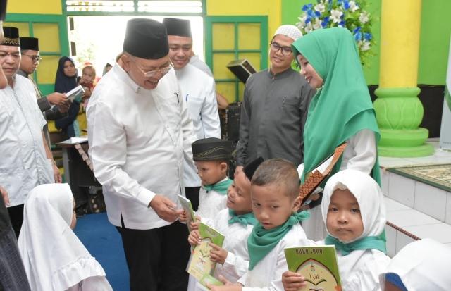 Bupati Sergai Ir.H.Soekirman berbicara dengan salah satu anak usai penyerahan buku Iqro di Wisma Juang Perbaungan,Minggu (22/12/2019)
