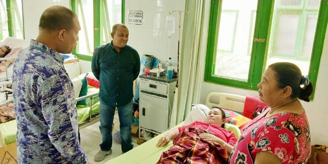 Sekdakab Sergai HM.Faiasal Hasrimy AP,M.AP didampingi Direktur RSUD Sultan Sulaiman dr.Nanda Satria Hasrimy kunjungi pasien di ruang Melur Interna,Kamis (2/1/2020)