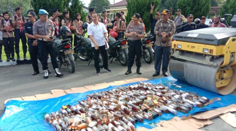 Kapolres Sergai AKBP. Robinson Simatupang SH saksikan pemusnahan Minuman keras sebanyak 313 botol di Mapolres Sergai Desa Firdaus,Kecamatan Sei Rampah.