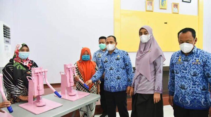 Bupati Kabupaten Batubara Serahkan Bantuan Kepada Pelaku UMKM