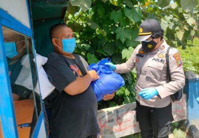 Wanita TNI dan Polri Bagikan 500 Paket Sembako untuk Masyarakat